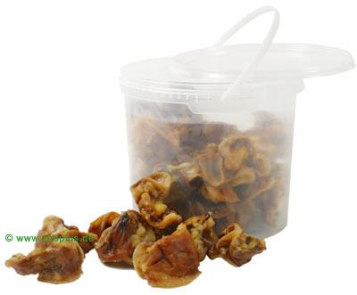 Varkens snacks in een bewaaremmer      varkensoren 1,25 kg van kantoor artikelen tip.