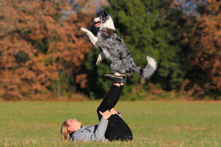 Hond en baas dansen buiten