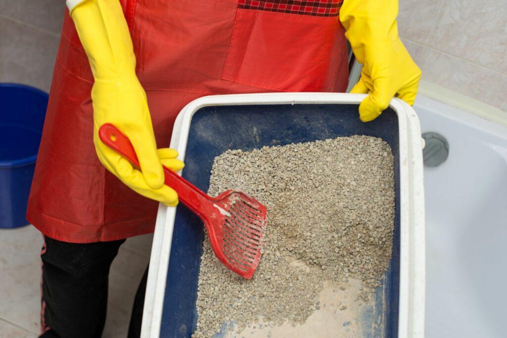 kattenbak met kattenbakvulling schoonmaken